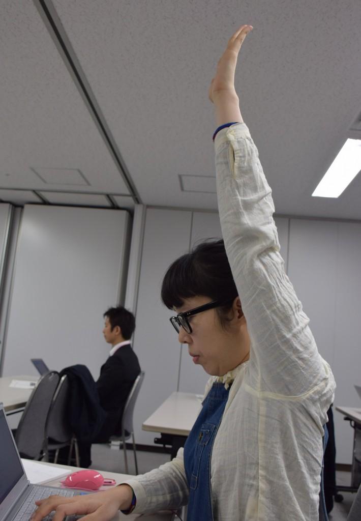 挙手の姿勢がきれいなおしどりマコ