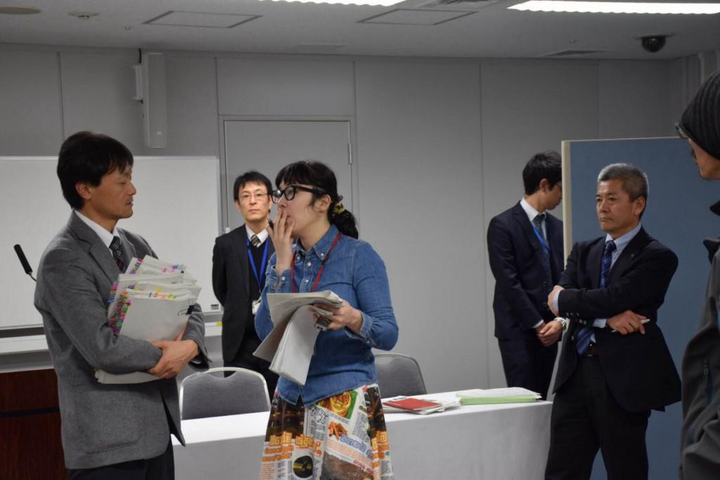 このぶら下がり取材の際に、2名の東京電力社員から訂正される。 撮影:おしどりケン